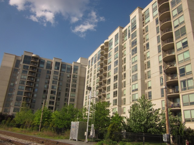 Western facade of the highrise, facing the Schuylkill River and Schuylkill Banks